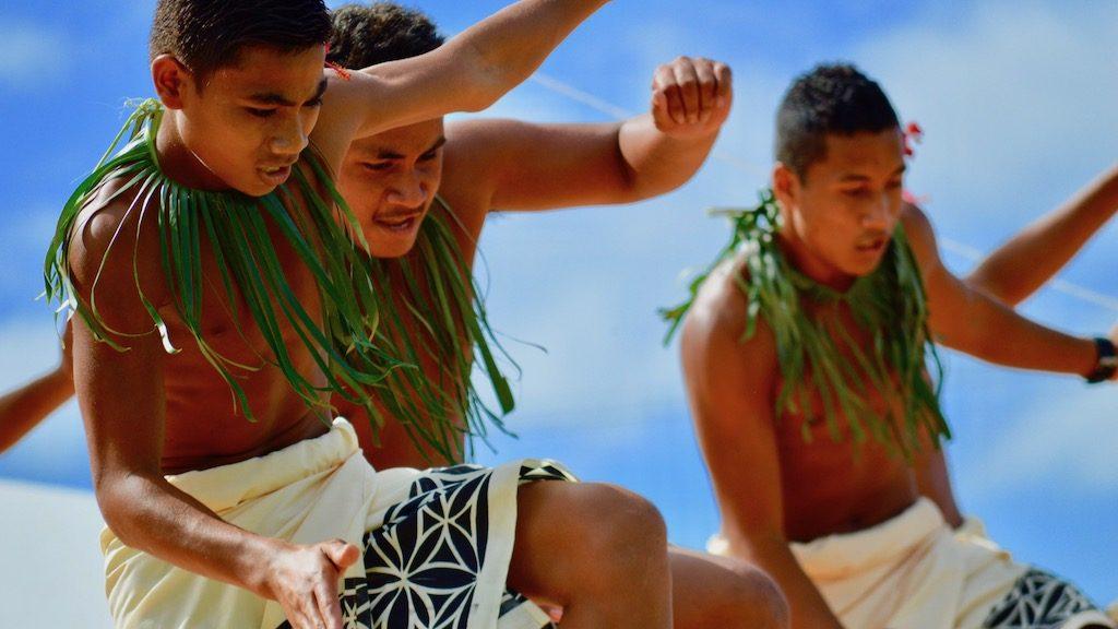 サモアの伝統的なダンスを踊る学生